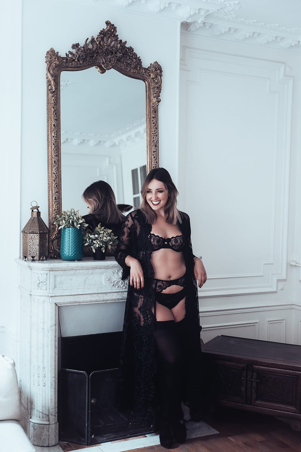 curvy woman standing in front of a parisian apartment during her pairs portrait and boudoir photoshoot with gloria villa photographer