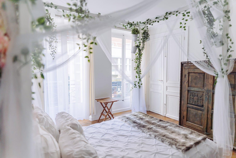 gloria villa paris boudoir photography studio in the middle of le Marais with 4 poster bed
